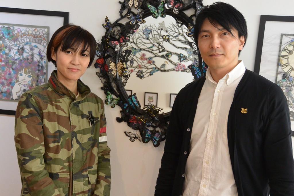 オーナーの田嶋吉信さん(右) この日展示を行なっていたロンドン留学時代からの友人、 切り絵アーティストの杉本佳世(liyliesang)さんとともに。