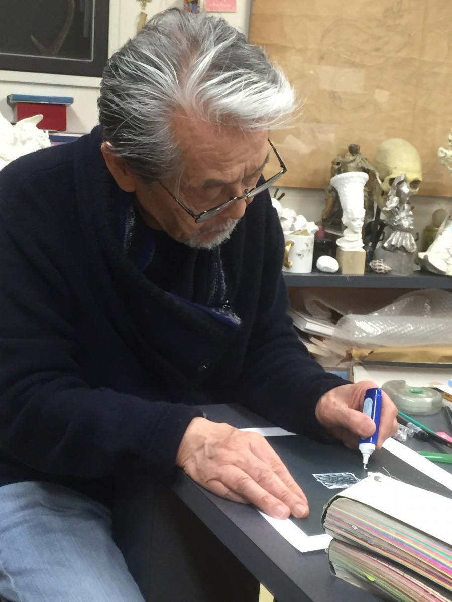 デザインラフを作成する宇野亜喜良さん。これは修正液で指示を書き込んでいるところ。