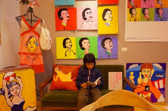 アーブル美術館「笛を吹く少年」(左)「すみれの花束をつけたベルト・モリゾ」(右) 2点ともエデゥアール・マネの贋作。 (下)「POPアート大贋作展」(2014)会場風景 静岡県内のモデルハウスと東京のギャラリーで開催されたポップアート作品を題材にした展覧会。 ©Musee du Aouvre